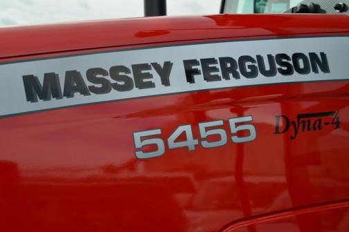 Massey Ferguson 5455 Dyna-4 ダイナ4って何かな?と思って調べてみると、各種変速に対してそれぞれ4段の副変速を持っていて、その守備範囲も適度に重なりあい、牽引作業でも充分に能力を発揮します・・・なんて書いてありますけど、よくわかりません。どんなトラクターも副変速機は付いていると思うんだけど・・・使いやすい変速システム全体を指してそう呼んでいるのでしょうか?