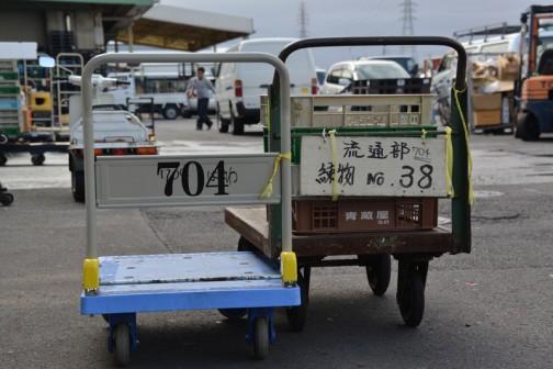 重量物を運搬するような鮮魚青果エリアでは、年配の台車は金属製、新しめは台の部分が厚めのプラスチックのパレットになっているものが主流。若者と年長者の2ショット。なかなか良い風景です。