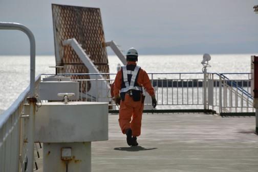 入港が近づくと船もにわかに騒がしくなります。着岸作業のため作業員の方達も出動!!