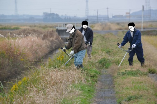 農道の草刈り。半分枯れたような草って、なんだかヘニャへニャして刈りにくいんですよね。稲刈りなんかはどうなんでしょ? もしかしたら黄色くなった稲を、刈り払い機で稲刈りしたらうまくいかないかもしれませんね。
