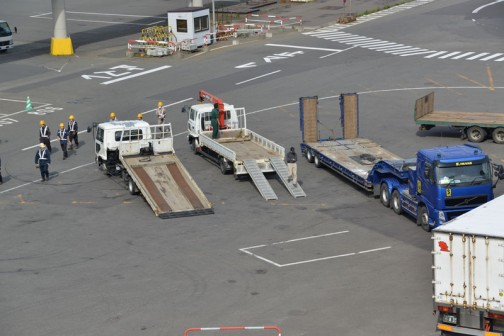 港にはすでに無人でやってくるクルマやトラクターを待っている回送車が待機しています。