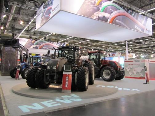 ヴァルトラ T213Versu 215馬力 ブースト225馬力 タイヤがエラいことになっています。マッド仕様なのでしょうか?