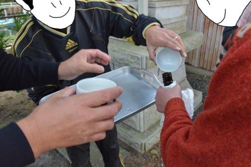 そのような5つの神様にお供えした日本酒を一旦全部瓶に戻しています。つまりそれぞれの神様パワーが乗り移ったお酒(御神酒)を濃縮混合してるわけです。