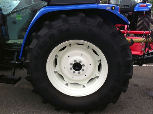 これはニューホランドT5070のタイヤ こっちはテレルボルグ 460/85R34