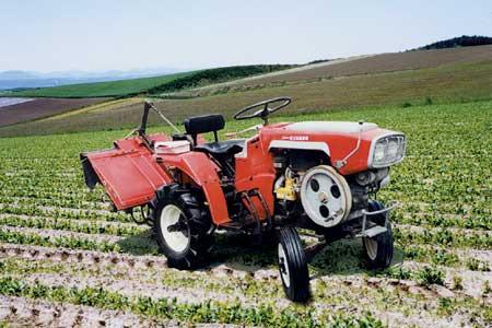 スガノ農機「土の館に」あるというヤンマーのYM160 基本的な形は一緒ですけど、カバーやドロヨケの形が違います。