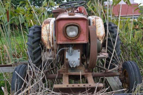 謎の三菱エンジン小型乗用トラクタ エンジン始動用のクランクが前部に収納されてますねっ!!