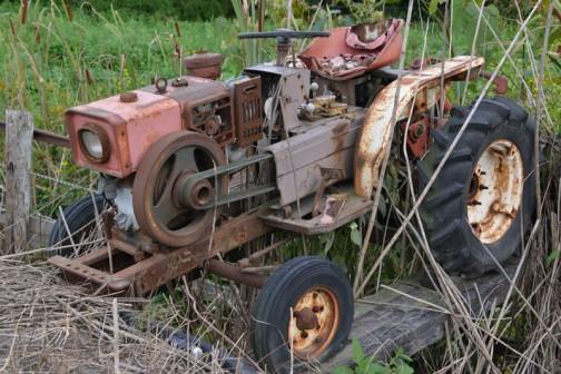 謎の三菱エンジン小型乗用トラクタ トラクターになる途中の「これでいっちゃおう!」的なまとまりのない感じ・・・それもまたイイ!