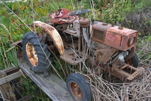 去年比べ、草が綺麗に刈られていたので全貌を見る事ができた、三菱エンジンの小型乗用トラクタ