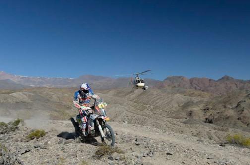 ひゃっほー! ヘリが自分より低く飛んでる! 同じくKTMのゼッケン5、チリのロペス選手です。
