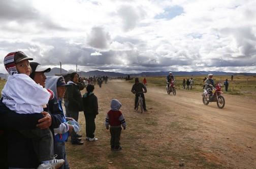 通過するラリーをボリビアの人たちが見物しています。後ろ姿の子供、立ち姿がとってもかわいいです。
