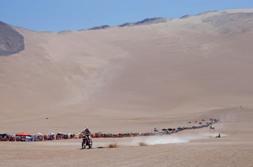 背後にそびえる砂山。少なくともその向こうから降りてきたんですね・・・比較するものがないから、どれくらい高いか、どれくらい遠いかすらもわかりません。