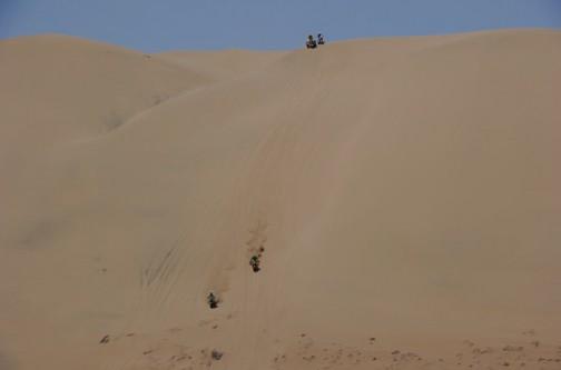単車が豆粒みたいに見えます。でかい砂丘。