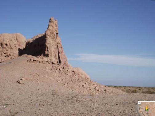 眠くなった頃、SSのスタート。砂漠というよりは土漠、粘土が風化して細かくなったような・・・これは遺跡でしょうか、モロッコみたいです。日干しレンガで作った構造物のようですね。