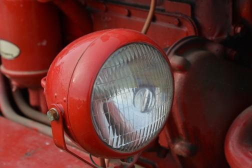 無銘のヘッドライト。後付けでしょうか?電球はスーパー900 スタンレーと書いてあります。ヘッドランプ・フォグランプ用電球(つば付きダブル) 12V 45/45W アマゾンで10個5,460円