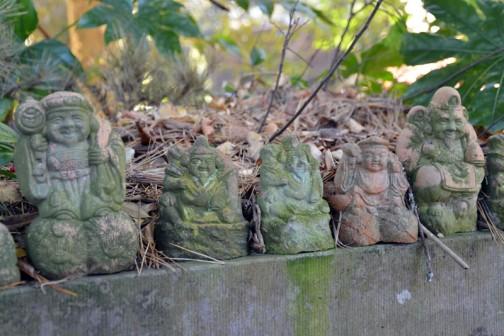 たくさんあります。ちょっと前に陶器製の7人の小人の置物を庭に置くのを見かけましたが、これって昔の7人の小人の置物って感じでしょうか? 叩き割って燃えないゴミの日に捨てるってのも忍びないでしょうから、こういうところへ持ってくると想像しているんですけど、ホントのところはどうなのでしょう。