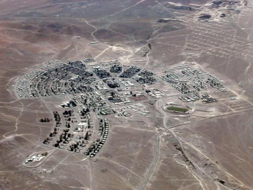 エル・サルバドルは、アタカマ地方、チャニャール行政区、ディエゴ・デ・アルマグロにあって、アンデス山脈の山麓の丘、標高2400mに位置し、およそ7000人が住んでいます。銅山で栄えた町で、ピークには24000人が住んでいたそうです。グーグルマップで見ると、一目で異様に整っているのがわかります。