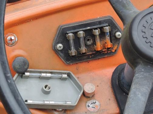 六角形の蓋の中にはフューズが取り付けられており、蓋の裏に予備ヒューズがあります。  クボタL2201