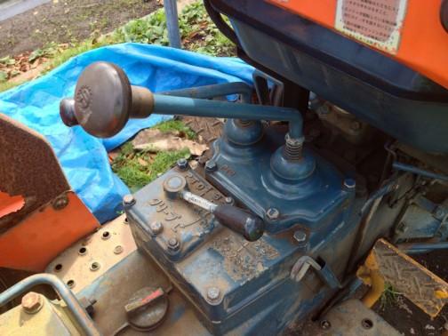 クボタL1501 クボタ歯車マークの付いているのが主変速レバーだとすると、副変速は? 奥の細いレバーはPTOって書いてあるので違うのでしょう。