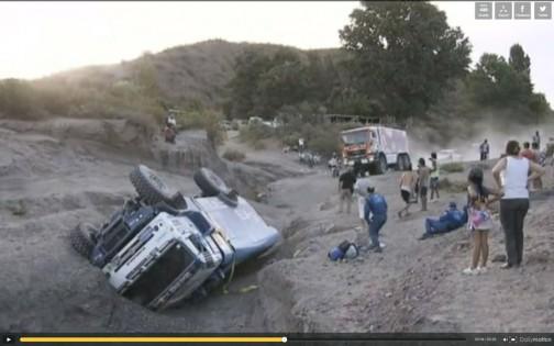 キャプチャ画像:二輪車だったらなんてことはないこんな溝でも、重心の高いトラックだとこんなことに・・・絶対イヤ。