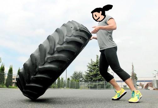 女の人だって持ち上げちゃいます。トラクタータイヤのマッチョなところと、筋肉を鍛えるっていうことの視覚的相乗効果。