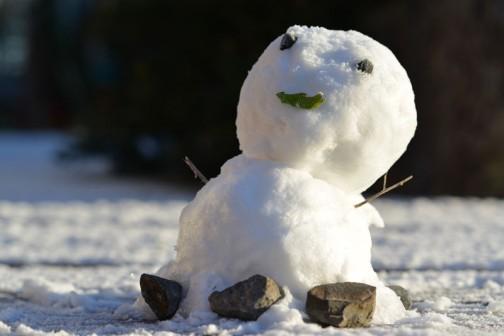昨日の雪の雪ダルマ、朝も残っていました。