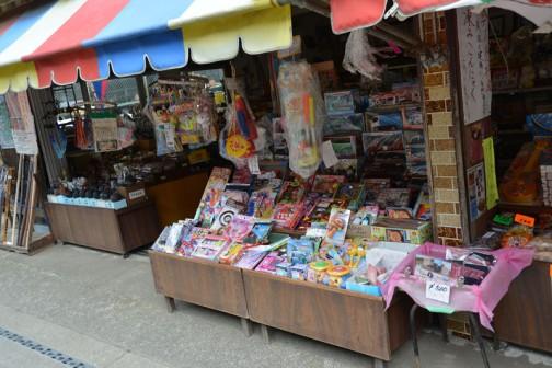 土産物屋には一見滝や大子町には関係ないアンパンマンのオモチャなんか売っていたりします。左側には木刀が見えますね。こういう力の抜けた感じがいいです。お店の人も寒くてコタツにあたっているのでしょう・・・奥に引っ込んでいます。
