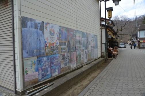 観光ポスターや2020オリンピックポスターを一堂に掲示しています。雨に濡れないよう、ビニールをかけているのでちょっと見にくくなっています。でも、知恵と工夫が各所に見られて、大子町は「がんばっている」感じがします。