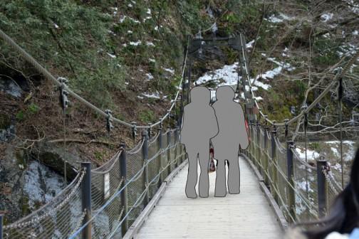 袋田の滝、吊り橋。吊り橋は大嫌いです。揺れるのがコワイのではなく、ありとあらゆるものが信用ならない感じだからです。