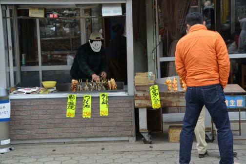 炭火で焼いたアユや里芋、ダンゴなどを売っています。味付けはユズ味噌味です。田楽っていうんでしょうか。 しゃもとりテール??? 食べたことがないのでよくわかりません。