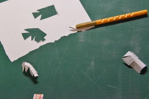 平行四辺形を押し出しているような形、どうやったら紙で作れるんだろう? なんとなく手描きで展開図を描いてみて、切って、折ってみて、大体のイメージをつかんでみます。
