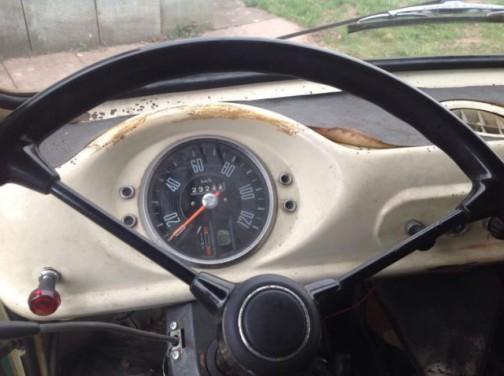 シンプルすぎる!まるでトラクターみたいな運転席。特に白いのでデビッドブラウンみたいです。