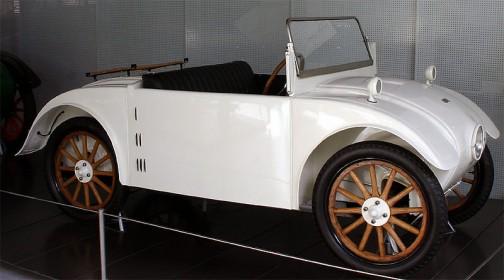 ウィキペディアより:アルミホイールならぬウッドホイールです。おまけに一つ目。これまたユニーク。たくさん売れる・・・というより「売りたい車を作っている」感じがビンビン感じられます。