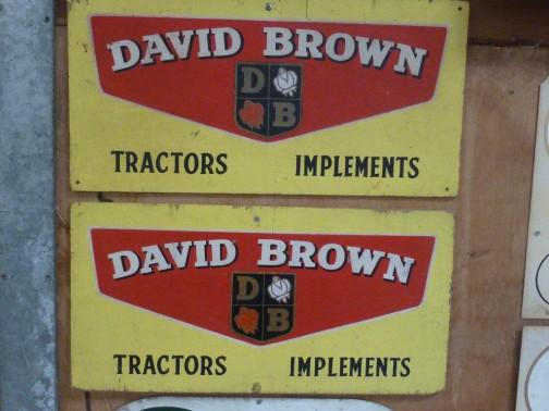 これも薔薇バッジはツボミです。想像するにトラクター/インプルメントと並列に表記してあるので、トラクターはデビッド・ブラウン。インプルメントはデビッド・ブラウン・アルビオンの時代ではないでしょうか? それならば今までとつじつまが合います。