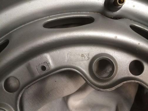 これは15インチ、ポルシェ356の鉄ホイールだそうですが、これにもJD1020と同じ刻印がありますね。
