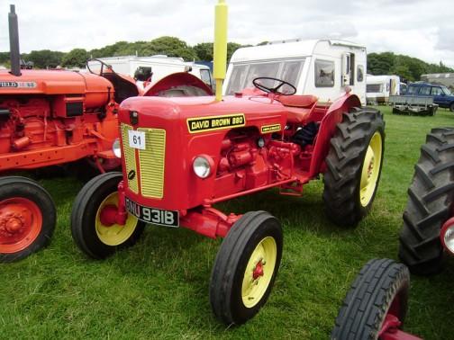 デビッド・ブラウン インプルマティック880 赤いボディと黄色の取り合せ。こんなのがあったんですね! 4気筒の46馬力、1961年〜1965年生まれだそうです。