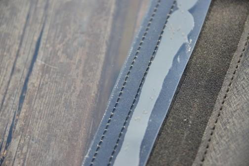 ホームセンターで1ミリくらいの厚みのテーブル敷き用の塩ビを買ってきて、大体の形に切り、ミシンで縫って隙間にコーキング。