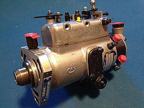 パーキンス4108の噴射ポンプ。これにニコニコCAVマークが付いています。