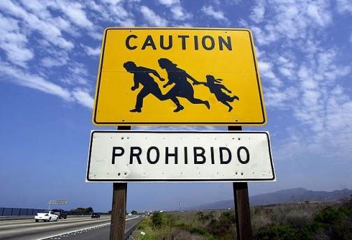 これは有名なピクト。高速道路をメキシコの不法入国者が渡るので注意!の看板。クルマには注意喚起、渡ろうとする人には「ダメだよ」と言ってます。