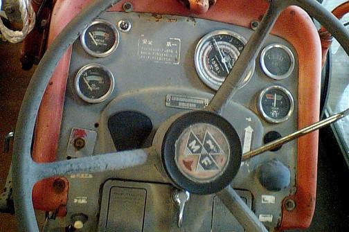 MF165は一説によると、パーキンスAD4.203 4気筒ディーゼルエンジン 3334.8cc •ドローバー(定格):41馬力 •馬力(グロス):58.3 HP •PTO(定格):46馬力 だそうです。 息の長いモデルなので色々な仕様が考えられます。