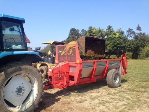 堆肥を積んでいたんですね! DELICAと書いてあります。3点リンクの会社だと思っていたのですが、調べたら色々な農業機械を作っている会社でもありました。