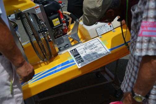 タカキタ 除草剤散布ラジコンボート「eボート」プライスタグには、タカキタ eボート EB1000T 価格¥726,840(税込み) ●エンジン:4サイクルエンジン50cc(2.2PS) ●機体重量:29kg 適用薬剤:フロアブル剤 ●薬剤タンク:10ℓ ●作業速度:10〜12km とあります。