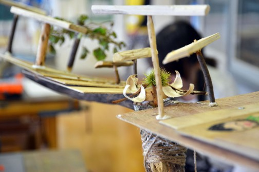 巨大竹とんぼの中心に納まっているのがわかりますか? 竹とんぼの上に「飛ぶ」「飛ぶ」「飛ぶ」「飛ぶ」「飛ぶ」「飛ぶ」「飛ぶ」が並んでいます。これだけ「飛ぶ」が並んだら飛ぶでしょう!