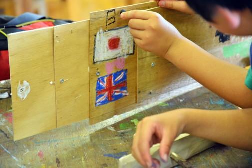 日本の国旗を書き始めたので、「それならイギリスも書いてよ」といったら「わかんないもん」・・・確かに僕もわかんないや・・・ネットで調べてみんなで書きました。