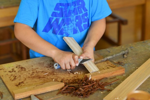 カッターは刃が折れて飛ぶので使用禁止だそうです。しかし、小刀は柄がプラスチック・・・専用の木の台まであってケガの心配はかなり低くなっています。ただ、「何か違うよなあ」感が漂います。またこの小刀が錆びてて切れねえんだ・・・