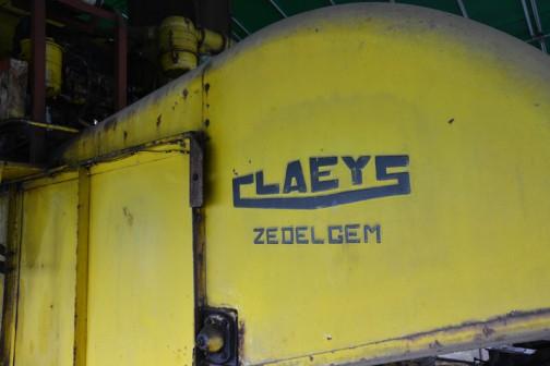 CLAEYS M80 Combaine 1964年導入のクレイス (と読むのでしょうか) M80コンバインだと思います。現役で蕎麦の収穫をしているそうです。この始動がユニーク!