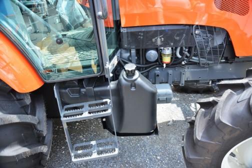 プライスタグには・・・クボタ レクシア MR87QMAXWUR2 価格¥9,415,440 ●87馬力 ●フル電子制御コモンレールシステム ●最新の排ガス規制に適したクリーン排気を実現するDPFマフラーを搭載 ●クールドKEGRシステム ●可能性が広がるKSAS・・・とあります。