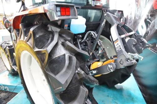 クボタトラクター スラッガー SL-60 kubota tractor SLugger SL60HCQMAN-7P 価格 6,826,680(税込み)☆60馬力☆特殊自動車3次排ガス規制に適合する最新ディーゼルエンジン☆高い電動効率とスムーズな無段変速、デュアルドライブトランスミッション(C仕様)☆クボタスマートアグリシステム(KSAS)標準装備。巻込まれ注意の「危険ヒト」がここにも描かれています。