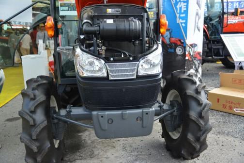 プライスタグは値段以外は去年と同じ。クボタkubota tractor KINGWEL R キングウェル アール KL34RFQMANP 価格¥4,550,040 ●水冷4サイクル3気筒ディーゼル34馬力 排気量1826cc ●エンジン負荷の余裕度をeガイドランプでお知らせ ●必要な時必要なだけ働くオートエアコンで省エネ ●大型液晶パネル搭載 ●省エネ作業サポート機能で省エネ・エコ革命! とあります。