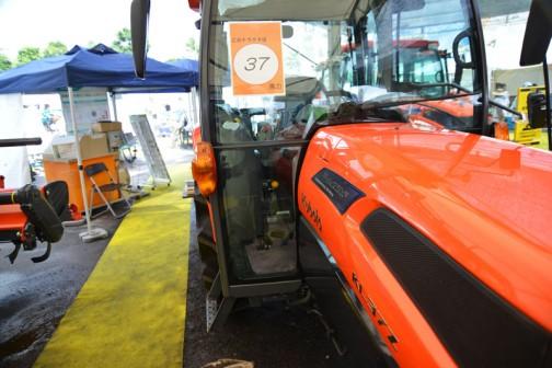 プライスタグには、クボタkubota tractor ZERO KINGWEL ゼロキングウェル KL37ZCQMANP 価格¥4,931,280 ●水冷4サイクル4気筒ディーゼル37馬力 排気量2197cc ●ワンタッチ省エネ変速機能 eクルーズ 最大38%の低燃費で省エネ作業 ●従来機と比べて室内の幅が20%アップ ●NEWスーパーテクノモンローで高速でも高精度な均平耕耘 ●電子制御AD倍速ターンで理想的な旋回・・・とあります。