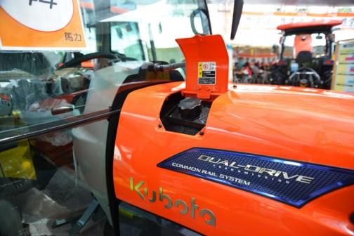 クボタkubota tractor ZERO KINGWEL ゼロキングウェル パワクロ KL44ZHCQMANPC2P こちらもこっそりリッドを開けてみました。どうもKL3Z7以降には燃料タンク置きがなさそうです。と、いうことはKL37Zを境にこれより大きな機種は「給油機を使って給油する」ことを前提としているように思えます。市場調査の結果なのかな。